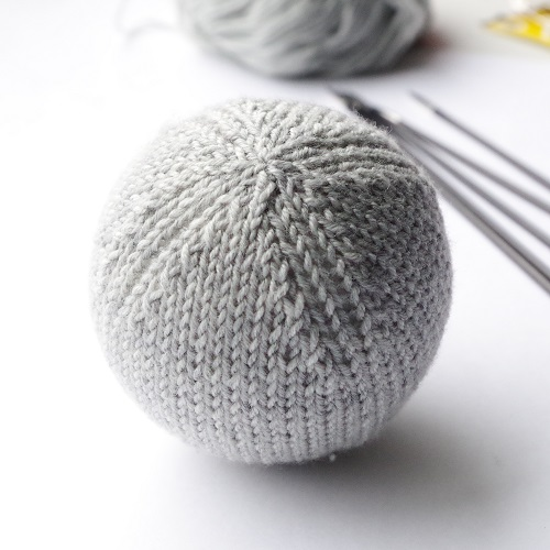 Knitting pattern for basic Christmas ball ornament
