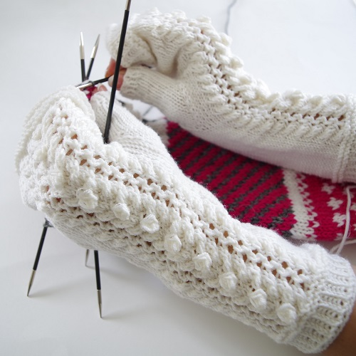 "Free knitting pattern for fingerless mittens ""Daily Delight"""